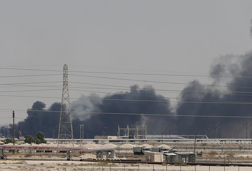 Asap tebal kelihatan di kilang Aramco di Abqaiq, Arab Saudi, 14 Sept, 2019. REUTERS
