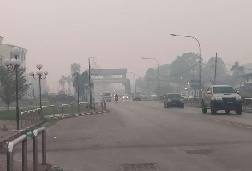 Situasi jerebu di Bandar Sri Aman sekitar jam 6.30 pagi ini. Foto Ihsan Sekretariat Pengurusan Bencana Sarawak