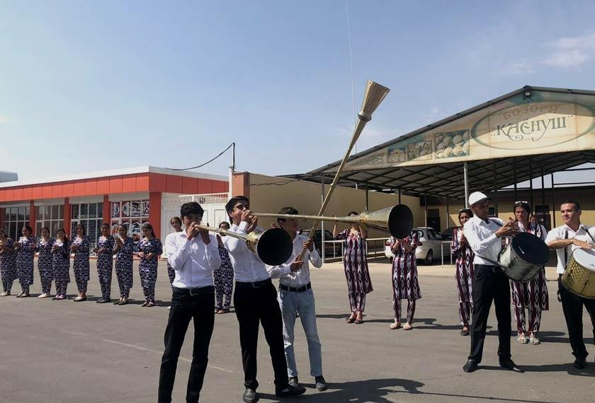 Rakyat tempatan menyambut kehadiran delegasi ke bandar Dangara -  Astro AWANI/Saraya Mia