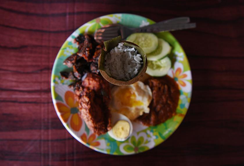Hidangan nasi lemak buluh yang menjadi igauan para pencinta makanan di Kuantan. - Bernama