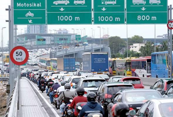 Dua pintu masuk utama jalan darat Johor-Singapura ditutup sepenuhnya tengah malam ini