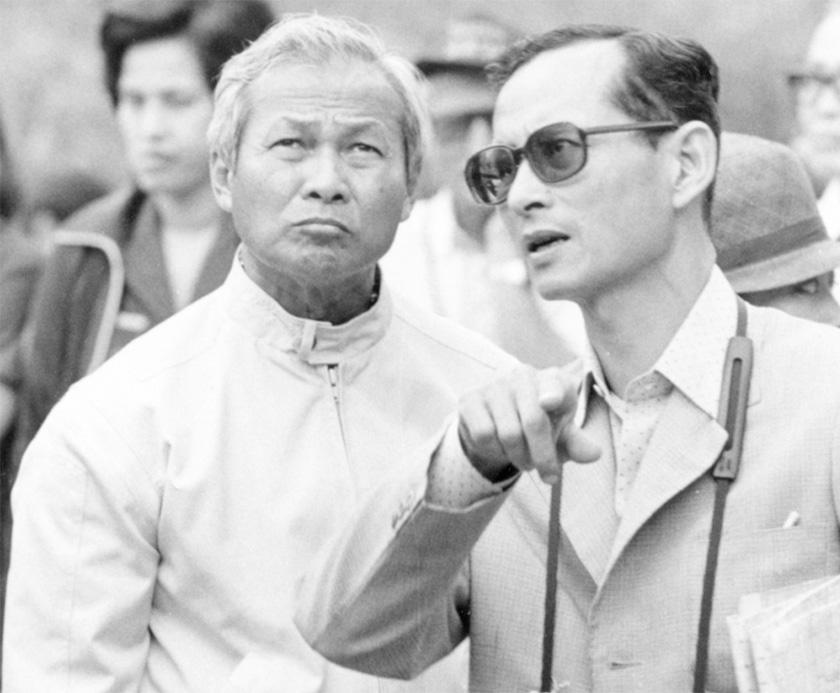 Raja Bhumibol Adulyadej bercakap dengan Prem Tinsulanonda yang ketika itu Perdana Menteri ketika mereka melawat satu projek pengairan di utara Thailand, 16 Feb, 1981. Agensi/Ceritalah