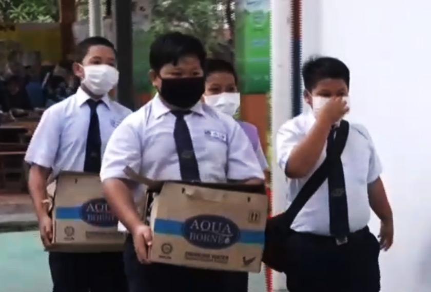 Calon peperiksaan UPSR memakai topeng muka.