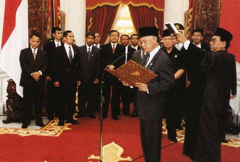 Habibie ketika mengangkat sumpah sebagai presiden pada 21 Mei 1998. Pejabat Naib Presiden Indonesia/Ceritalah