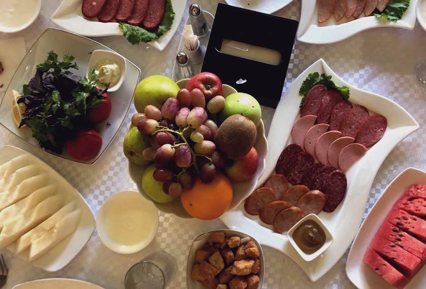 Hidangan pembuka selera yang disertai buah-buahan dan sayur-sayuran - Astro AWANI/Saraya Mia