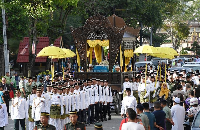 Orang ramai tidak melepaskan peluang untuk memberi penghormatan terakhir kepada Almarhum Sultan Ismail Petra yang diarak keluar dari Istana Balai Besar dengan penuh istiadat. - BERNAMA