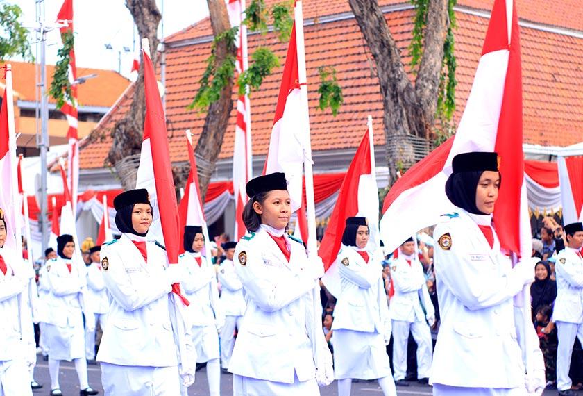 Pelajar dari Surabaya mengambil bahagian dalam perarakan Hari Merdeka Indonesia. Pasukan Ceritalah