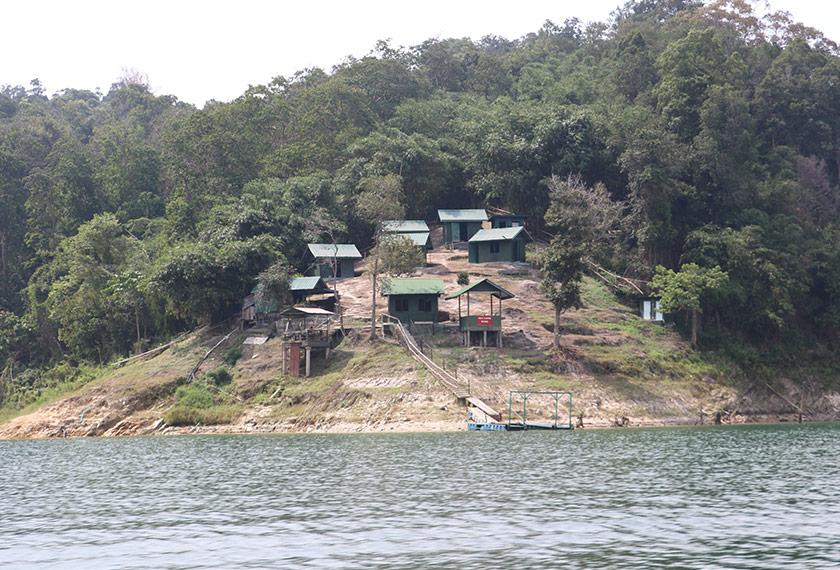 Pemandangan indah beberapa buah rumah kampung yang menghadap sungai berhampiran hutan hujan Belum di Perak. Foto Ceritalah