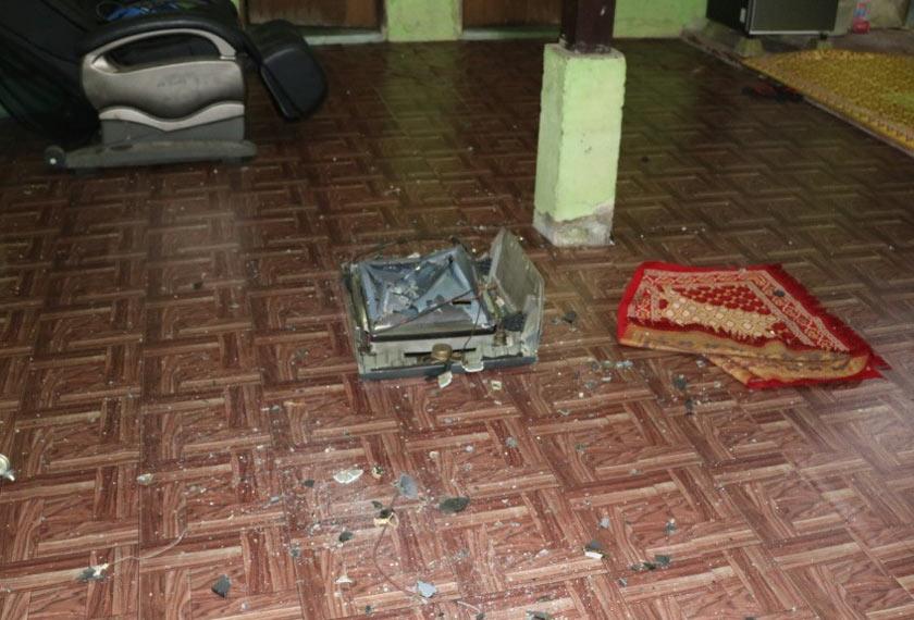 Suspek yang juga penagih dadah itu turut bertindak merosakkan barang di dalam rumah.