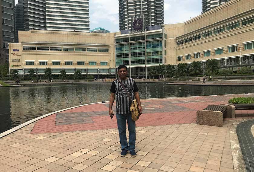 Santosh, pelancong solo dari Mumbai, melawat Malaysia buat kali pertama. Pasukan Ceritalah