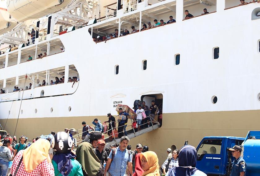 Penumpang memunggah barang-barang mereka ketika kapal Nggapulu berlabuh. - Pasukan Ceritalah