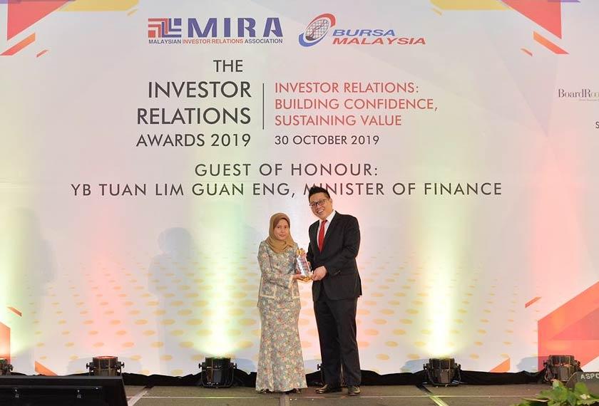 Ketua Hubungan Pelabur Luar Astro, Nur Azreen Abdul Manap (kiri) menerima Penambahbaikan Perkhidmatan Hubungan Pelabur Terbaik daripada Pengerusi MIRA, Steven Tan Chek Chye. - Astro