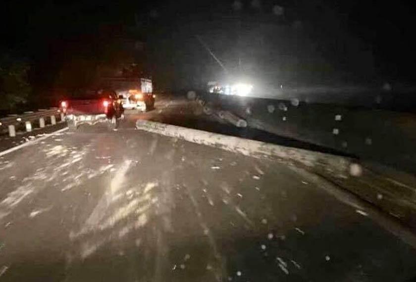 Beberapa tiang konkrit terjatuh dari sebuah treler di Kilometer 256.1 Lebuhraya PLUS arah selatan berhampiran Terowong Menora malam tadi. Foto ihsan PDRM