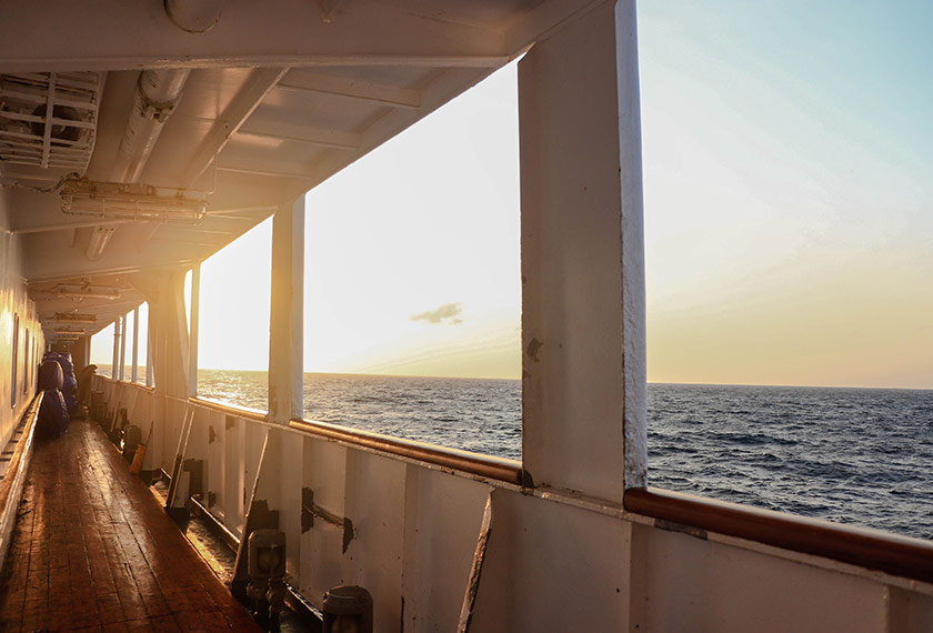 Pemandangan matahari terbit dari dek kapal Nggapulu. - Pasukan Ceritalah
