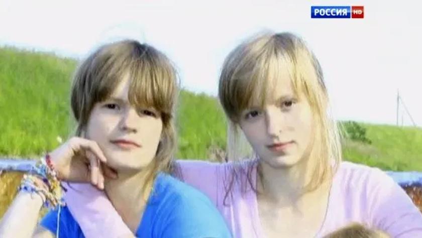 Elizaveta Dubrovina (kanan) didakwa menikam adiknya Stefania 189 kali sebelum memotong telinga dan mencungkil mata mangsa.