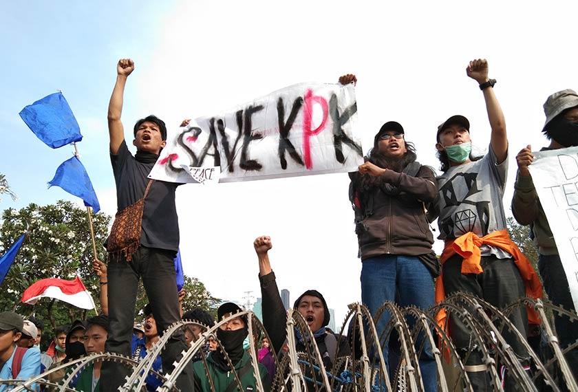 Penunjuk perasaan membawa sepanduk yang berbunyi 'Selamatkan KPK'. Foto Agensi