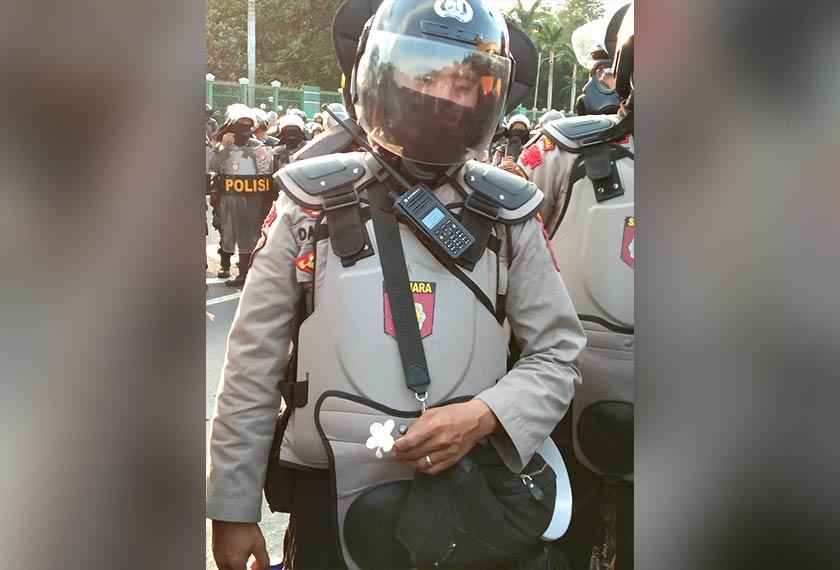 Sekuntum bunga putih diberi kepada pegawai polis ini, sebagai tanda penunjuk perasaan berniat baik dan mahu berhimpun secara aman. Pasukan Ceritalah