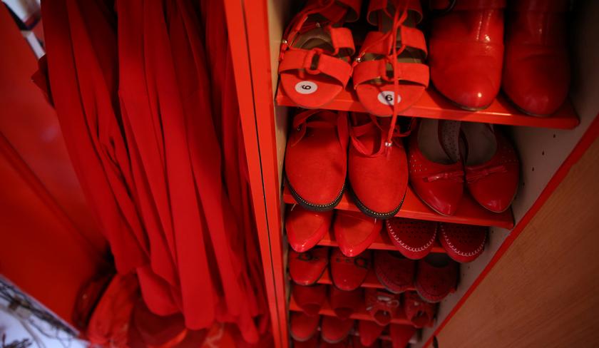 Hmm... hendak pakai warna apa hari ini? - Reuters
