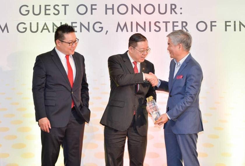 Henry Tan (kanan) menerima anugerah Syarikat Terbaik Malaysia Bagi Hubungan Pelabur dalam kategori syarikat bermodal sederhana daripada Menteri Kewangan, Lim Guan Eng dan juga Pengerusi MIRA, Steven Tan Chek Chye. - Astro