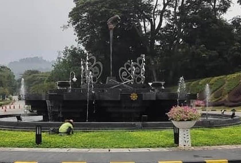 Monumen keris sebelum dialihkan. Foto Facebook IIUM