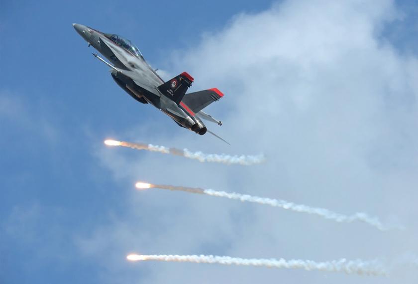 Pesawat TUDM terbang rendah dan latihan letupan sempena Hari Terbuka TUDM 2019 Di Pangkalan Udara Kuantan