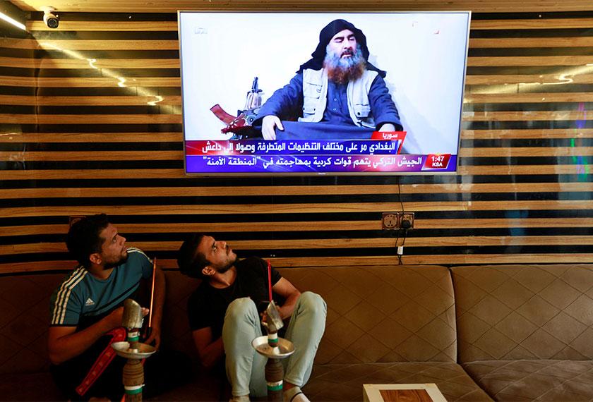Warga Iraq menonton televisyen yang menunjukkan berita berkenaan Abu Bakr al-Baghdadi, di Najaf, Iraq. REUTERS