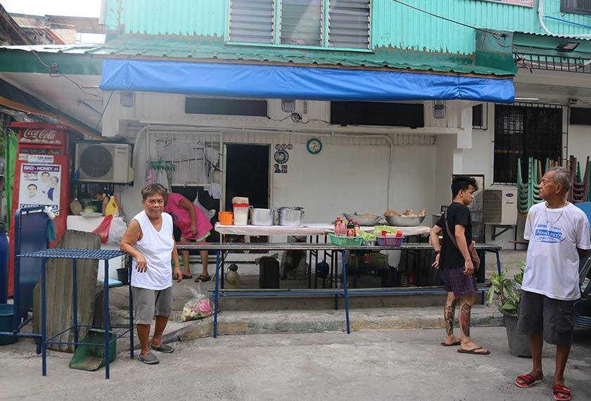Edith (kiri) mengusahakan warung makan di Tondo yang masih sering dikunjungi Isko hingga ke hari ini. Pasukan Ceritalah