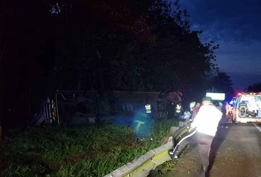 Kesemua mangsa terdiri daripada 12 orang warga Indonesia dan dua warga Nepal berumur antara 21 hingga 42 tahun, dibawa ke Hospital Tapah untuk rawatan. - Foto PDRM