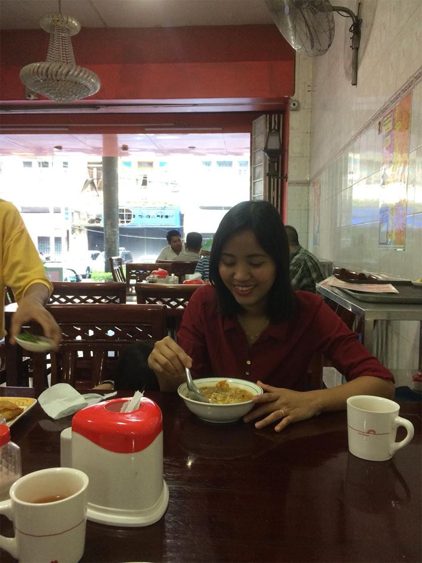 Ma Ae sedang menikmati semangkuk mohinga, makanan asasi penduduk Myanmar. Pasukan Ceritalah