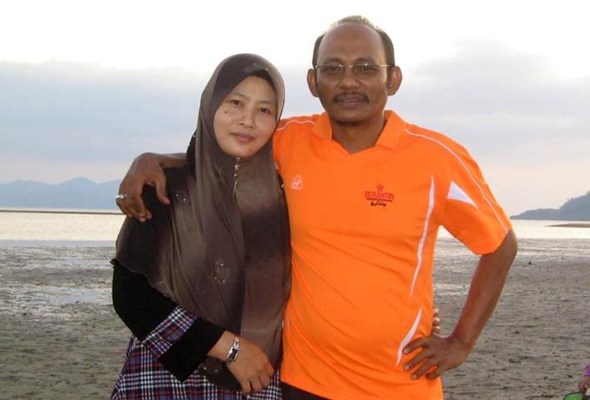Norhayati (kiri) tetap mengharapkan suaminya, Amri (kanan) masih hidup dan akan pulang ke pangkuan keluarga agar dapat bersama-sama seperti dahulu.