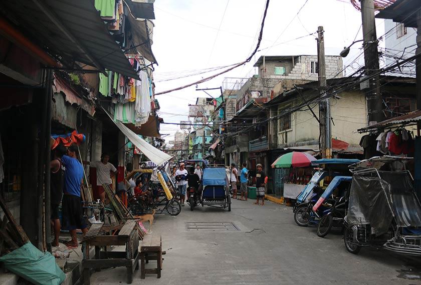 Kawasan kejiranan Moriones di Tondo yang padat penduduk dan ramai warga yang miskin, merupakan tempat di mana Isko menghabiskan masa kecilnya. Pasukan Ceritalah
