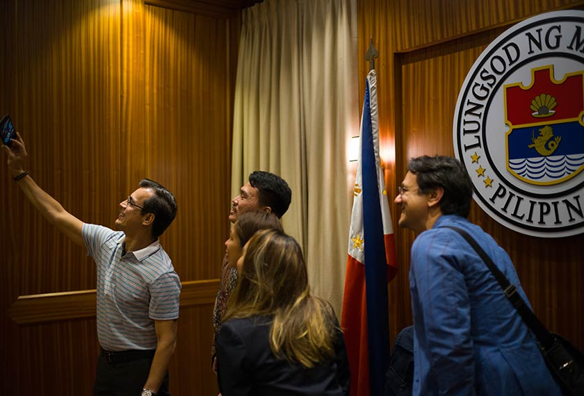 Isko si 'Datuk Bandar Selfie', seperti yang dikenali di Filipina, mengajar Pasukan Ceritalah cara mengambil swafoto yang betul. Carlo Gabuco / Pasukan Ceritalah