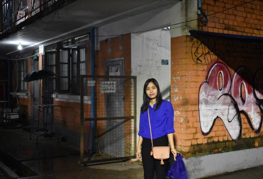 Ma Ae di hadapan apartmen tempatnya di Yangon. Pasukan Ceritalah