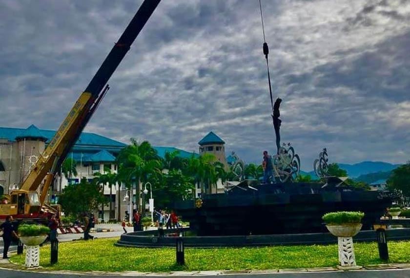 Proses mengalihkan monumen keris. - Foto Facebook THE OFFICIAL: IIUM ALUMNI