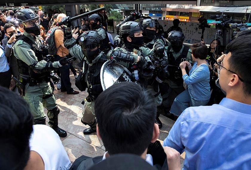 Polis rusuhan berdepan penunjuk perasaan anti-kerajaan semasa demonstrasi di Daerah Tengah di Hong Kong, 13 Nov, 2019. REUTERS