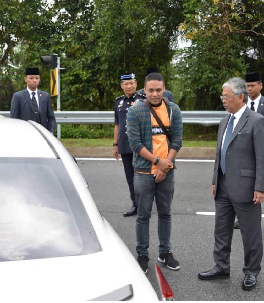Keprihatinan Al-Sultan Abdullah Ri'ayatuddin Al-Mustafa Billah Shah terhadap mangsa kemalangan jalan raya terserlah apaboila baginda mencemar duli bertanya khabar mangsa  kemalangan di sekitar Putrajaya pada Jumaat. - Gambar Instagram Istana Negara