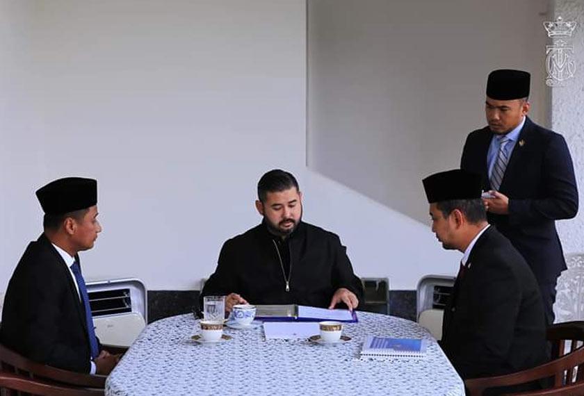 Menteri Besar Johor, Datuk Dr. Sahruddin Jamal (kanan) berkata kurniaan semula ini adalah untuk tujuan pembersihan sungai-sungai di Negeri Johor demi melestarikan alam sekitar. - Foto ihsan FB Pemangku raja 'HRH Crown Prince of Johor'