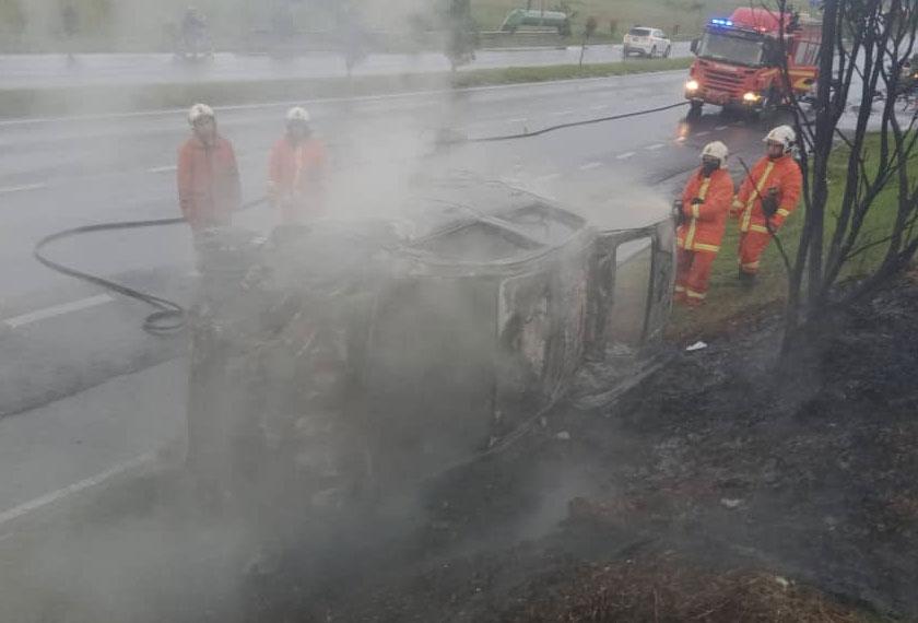 Kereta Perodua Myvi dipandu mangsa musnah terbakar.