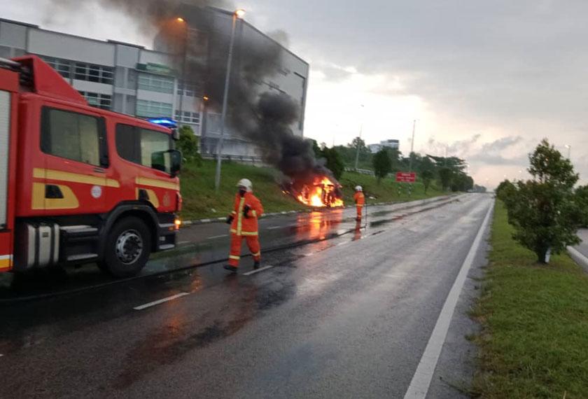 Pihak bomba sedang memadam kebakaran sebuah kereta Myvi.