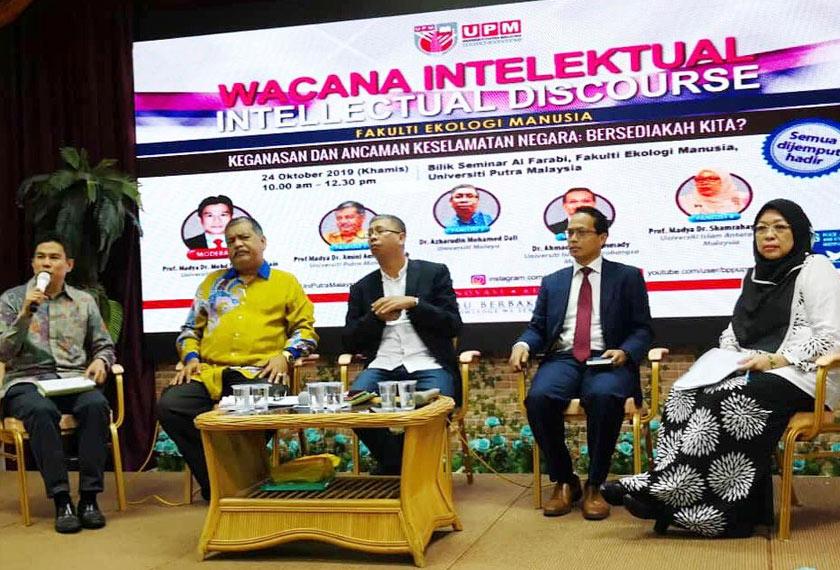 """Penulis (kiri) mempengerusikan Wacana Intelektual bertajuk """"Keganasan dan Ancaman Keselamatan Negara: Bersediakah Kita?"""", anjuran Fakulti Ekologi Manusia (FEM), Unversiti Putra Malaysia baru-baru ini."""