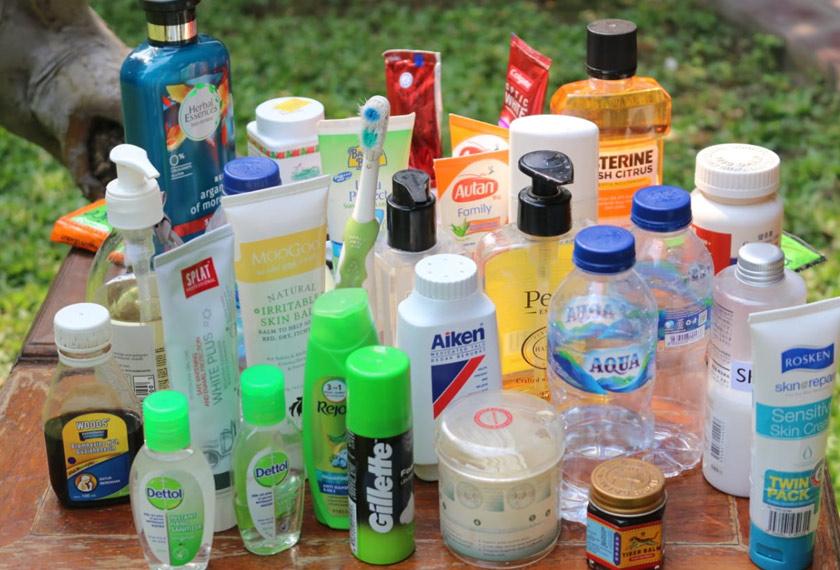 Koleksi barangan plastik dari kamar mandi penulis. Kebanyakan produk ini termasuk di bawah kategori PET dan boleh dikitar semula di Malaysia. Foto Ceritalah