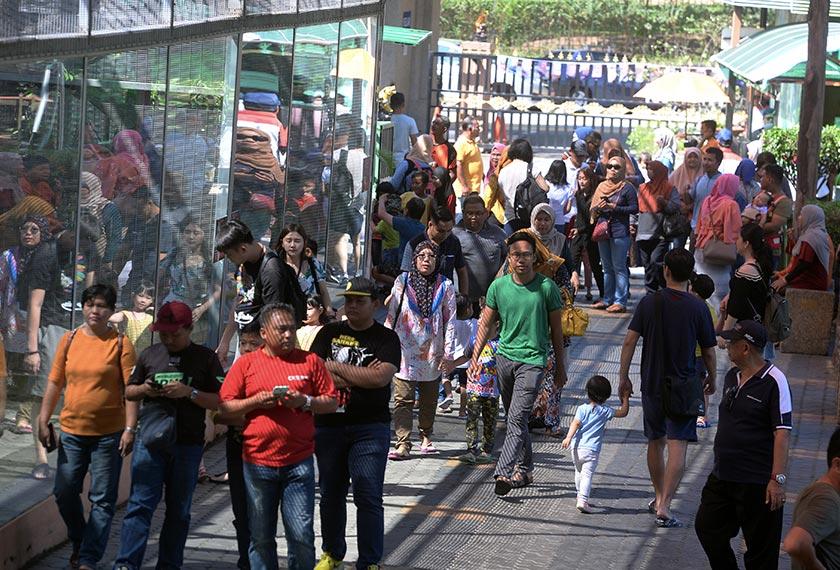 Orang ramai berkunjung ke Zoo Johor sempena pencerapan fenomena Gerhana Matahari Anulus yang dapat disaksikan pada Khamis, 26 Disember. - Bernama