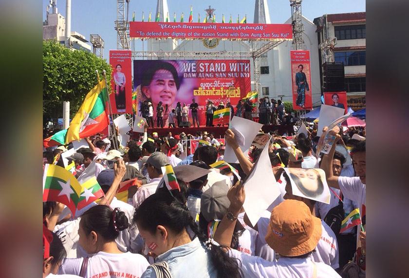 Satu perhimpunan diadakan di Taman Mahabandulah di Yangon, Myanmar, sebagai tanda sokongan terhadap Aung San Suu Kyi. Foto Ceritalah
