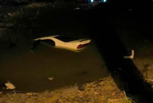 Kereta terbabas dalam parit, pemandu maut