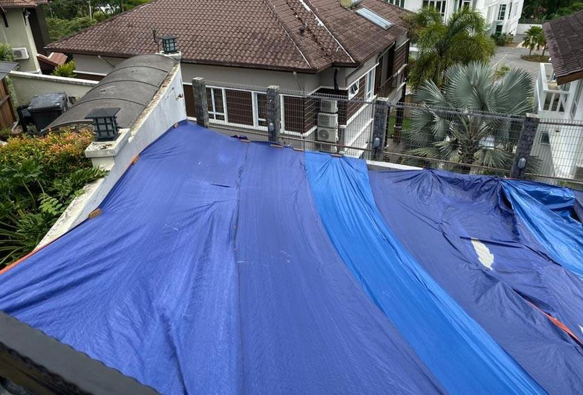 Unit Bencana Selangor mengambil beberapa langkah mitigasi telah dan buat sementara ini, kanvas digunakan untuk menutup kawasan terjejas untuk mengelakkan air daripada terus bertakung. - Astro AWANI/ISABELLE LEONG