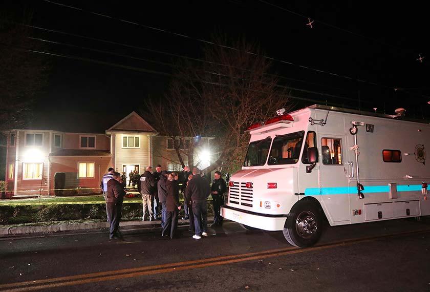 Anggota polis menjalankan kerja-kerja penyiasatan di kediaman rabbi di Monsey, New York, awal pagi Ahad, 29 Dis, 2019, susulan kejadian tikaman semasa perayaan Hanukkah pada Sabtu. (Foto AP)