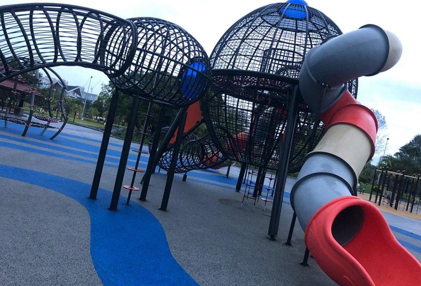 Taman permainan kanak-kanak antara yang menjadi tarikan taman tersebut. - Foto Astro AWANI/Hamzah Hamid