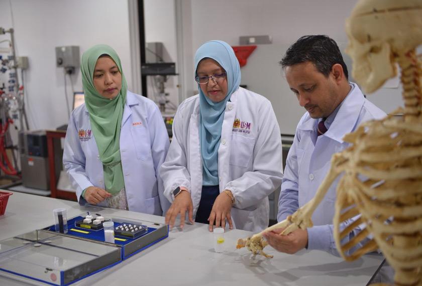 Dr. Yanny mengadakan perbincangan di dalam makmal mengenai kajian perancah tulang.