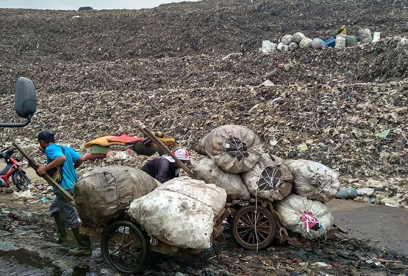Lebih 7,000 orang bergantung pada tapak pelupusan sampah Bantar Gebang untuk menyara kehidupan mereka. Foto Ceritalah