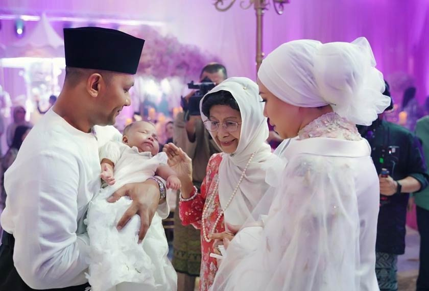 Dr Siti Hasmah Mohd Ali tidak ketinggalan menyempurnakan upacara cukur jambul Areesya Malaykha. - Gambar koleksi peribadi AZRINAZ MAZHAR HAKIM